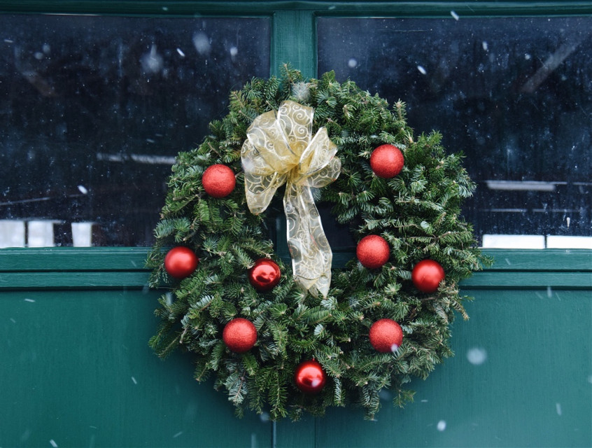 #christmas #wreath #snow #green #FreeToEdit