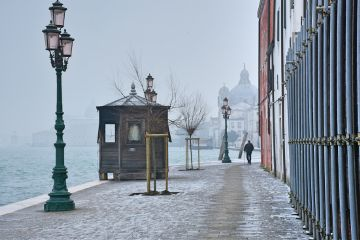 streetphotography silhouette snow street streetlight